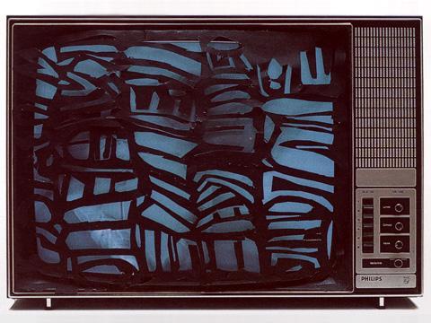 Isidore Isou, «La télévision dechiquetée ou l'anti-crétinisation (Jagged Television or Anti-Cretinization)», 1962 – 1989 Photograph: Lepostier Domage | © Isidore Isou